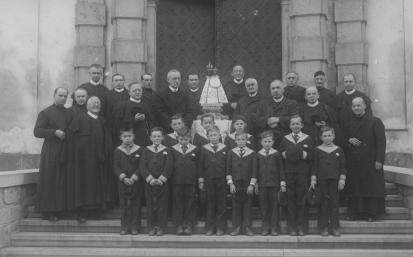 Redemptoristé a žáci svatohorské školy v roce 1947 P Hynek třetí zleva dole